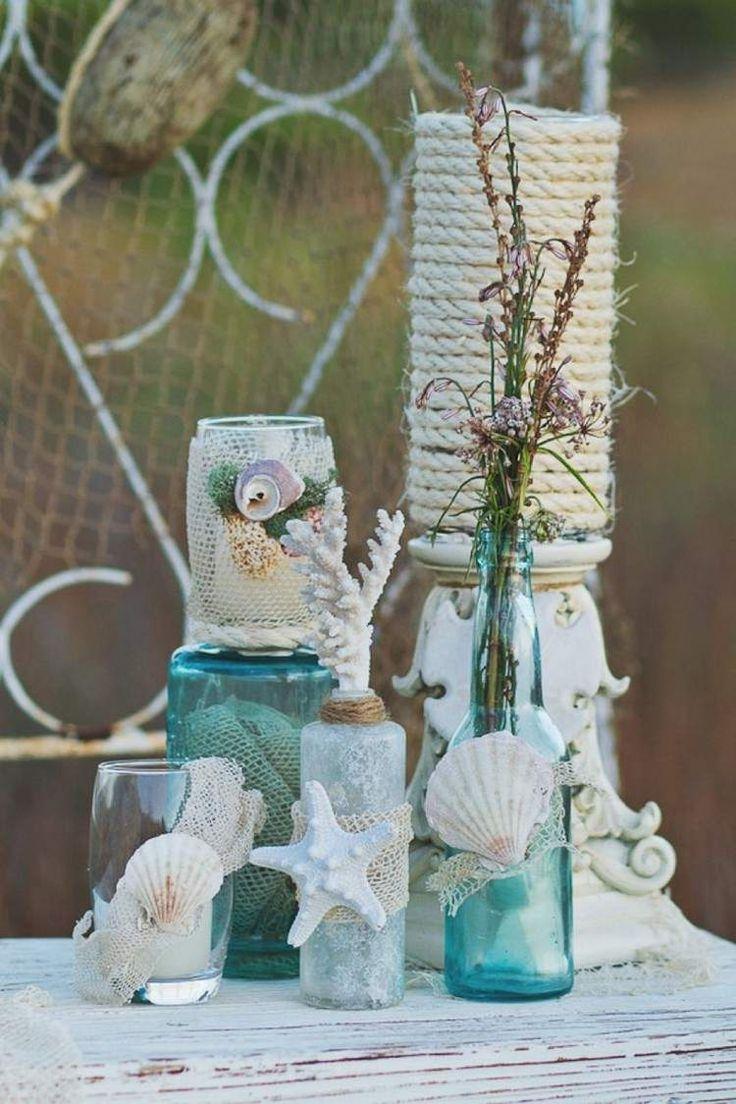 Glasvasen und Flaschen mit maritimer Dekoration
