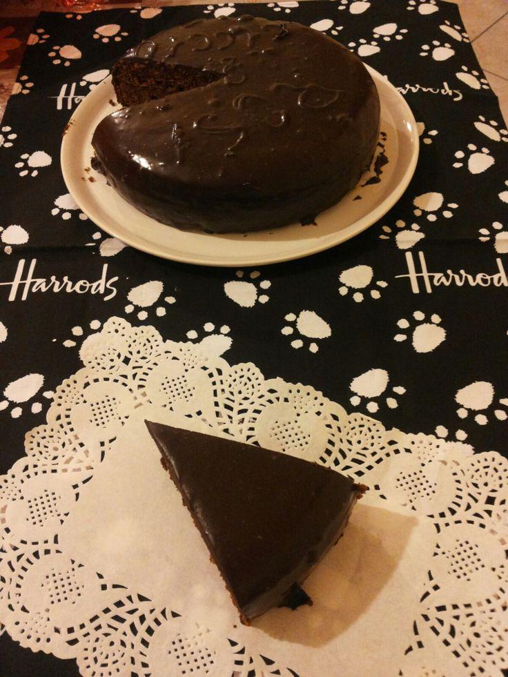 La Torta Sacher è il capolavoro dell'omonimo pasticcere viennese Franz Sacher, al quale il principe Metternich chiese di preparare un dolce per l'occasione.