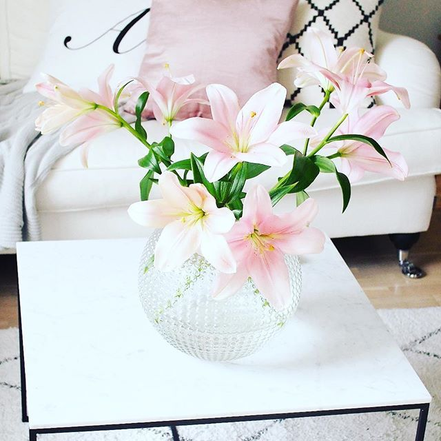 Beautiful #lilies from #mothersday! #interiordesign #liljor #interior123 #whitehome #whiteinterior #pink #puderrosa #flowers #instahome #vardagslyxivitt #eightmood #vardagslyxdetails