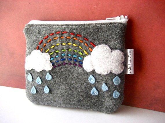 Bossa de feltre gris amb arc de sant marti i núvols