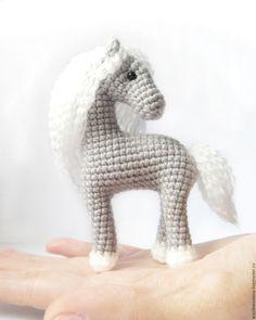 Купить Лошадка на ладони - серый, пони, лошадь, игрушка крючком, лошадка вязаная, маленькая лошадка