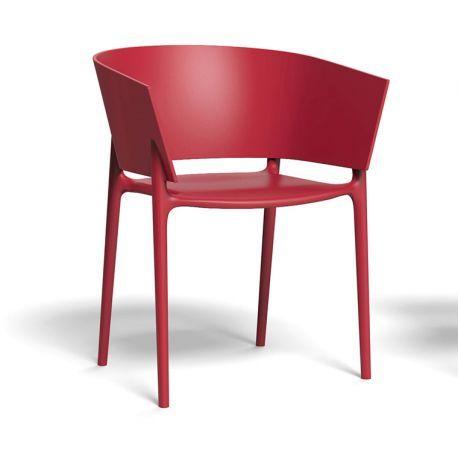 Africa, c'est un fauteuil extérieur au design simple & efficace, signé E. Quitllet pour Vondom : ligne originale, dossier formant accoudoirs, léger & empilable. CHR