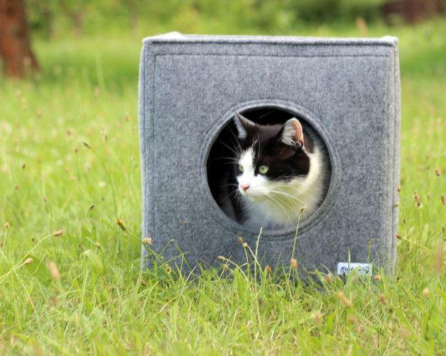 Tolle Katzenhöhle aus Filz in liebevoller Handarbeit angefertigt.  Ideal für Katzen und kleine Hunde  Maße: Länge 36cm, Breite 36cm, Höhe 36cm  Kann auf Anfrage individuell angefertigt werden!