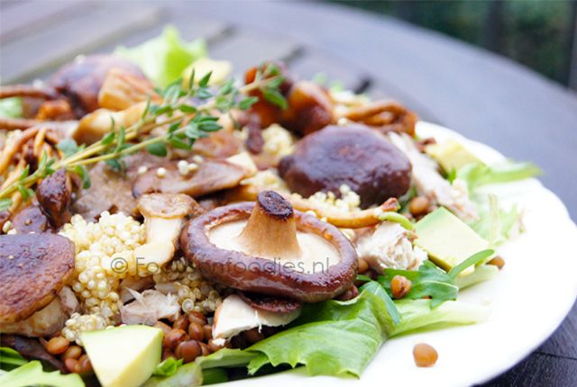 Quinoa salade met makreel, paddestoelen en avocado
