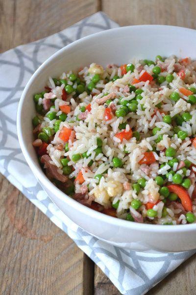 Makkelijker dan dit kan niet, deze snelle rijstsalade heb je zo gemaakt! Lekker met doperwten, paprika, mozzarella en spekjes!