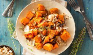 Zoete aardappelschotel  Dit heb je nodig voor 1 persoon: 1 zoete aardappel, in grove stukken 1 rode biet, voorgekookt, in stukjes ½ rode ui, in ringen 25 g fetakaas, verkruimeld 1 theelepel honing olijfolie peper en zout  1: Verwarm de oven voor op 200°C. 2: Meng de groenten in een ovenschaal. 3: meng de olijfolie en honing en marineer de groenten hiermee. Bestrooi met peper en zout. 4: Verkuimel de feta kaas over de groenten. 5: Bak de schotel in ongeveer 20 minuten gaar.