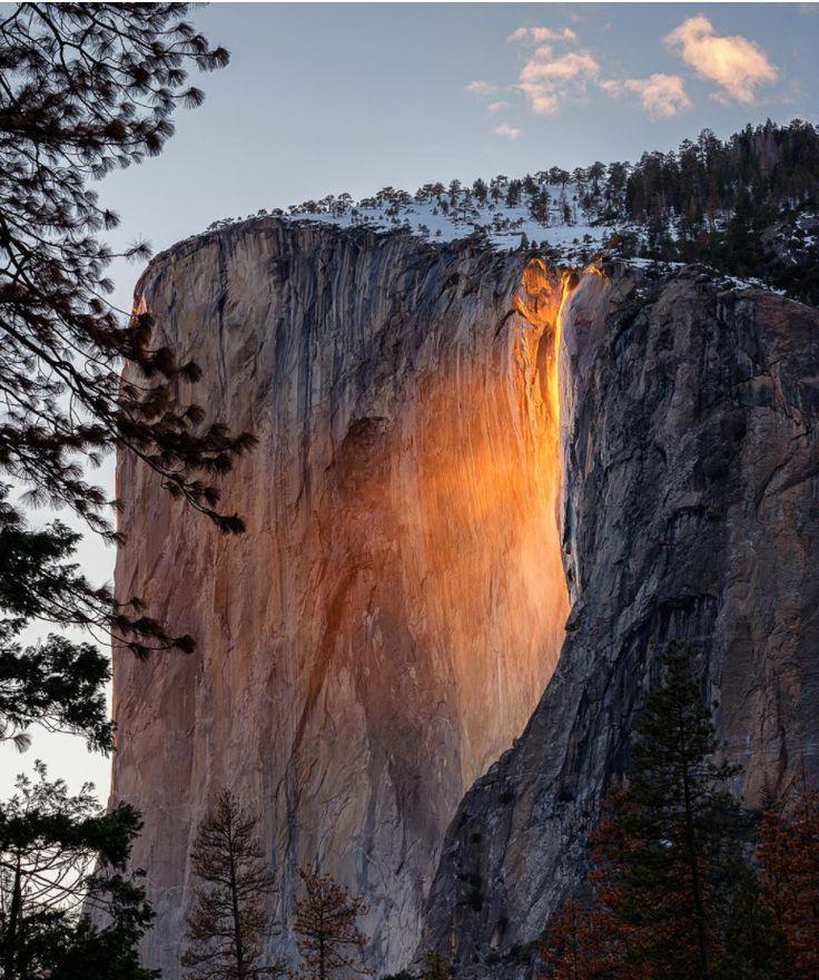 """Der Horsetail Fall, auch """"Feuer-Wasserfall"""" genannt, ist nur an einigen wenigen Tagen im Februar im Yosemite-Nationalpark zu sehen. In dieser Zeit leuchtet das Wasser bei Sonnenuntergang wie glühendes Lava und lockt jeden Abend hunderte von Touristen an.  Doch keine Sorge, es handelt sich natürlich nicht um Lava – es ist eine optische Illusion, die durch den Winkel, in dem das Licht der untergehenden Sonne auf das Wasser trifft, verursacht wird, wodurch der Wasserfall wie ein Feuerschwall…"""