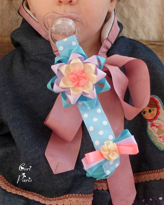 Attache tétine / attache sucette bébé bleue large fleur multicolore en ruban de satin