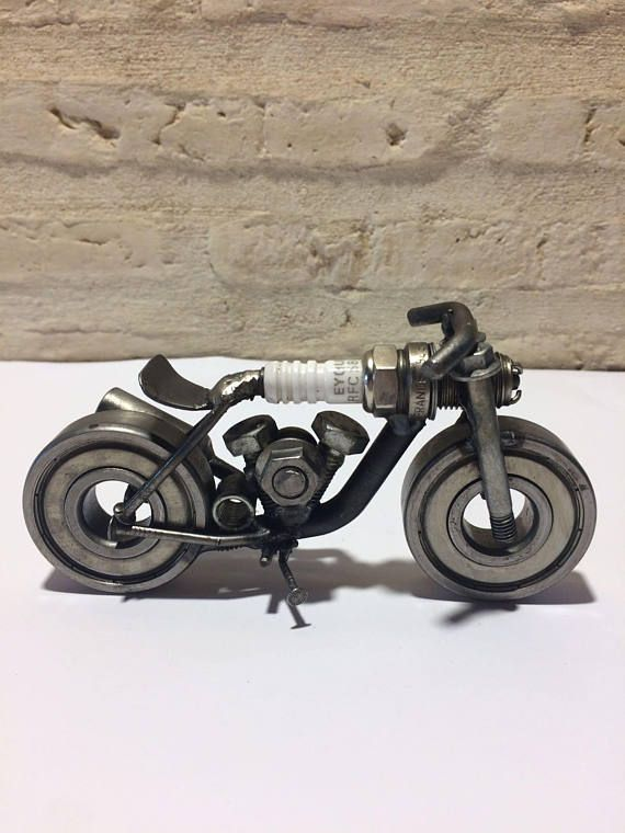 Metal motorbike and recycled materials, ideal for a different original gift to others at a good price for a handmade and welded piece.