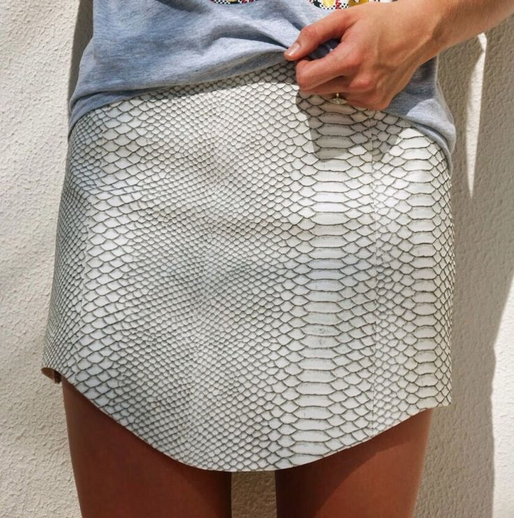 Date: 08-04-2016. Note: This skirt is perfect for any occasion during the day. Made of snakeskin, this short skirt has neutral colors and can be matched with any color top and any color shoes.
