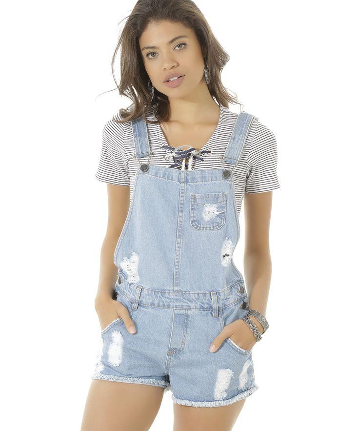 Jardineira confeccionada em jeans. O modelo se destaca pela lavagem com rasgos e puídos. A parte frontal tem três bolsos enquanto a parte posterior tem dois. O fechamento é duplo por botões nas laterais e por encaixe nas alças ajustáveis. A barra é desfiada.  Seu visual vai ficar ainda mais charmoso com essa jardineira!  Composição: 100% Algodão  Modelo Veste: 38 Altura: 1,74m Busto: 75cm Cintura: 60cm Quadril: 89cm