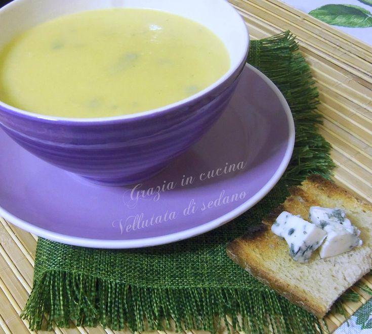 La vellutata di sedano arricchita con gorgonzola è una ricetta per palati forti,accompagnatela con fette di pane tostato e gorgonzola a cubetti.