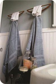 Cabides de madeira, presos na parede do banheiro servem para pendurar toalhas de banho e de rosto. A solução é prática e eficiente, além de ser uma alternativa muito barata aos tradicionais porta-toalhas de metal. Sem contar que o efeito é divertido e inusitado.