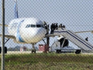 Secuestran un avión egipcio para pedir asilo en Europa y entregar una carta a su exmujer