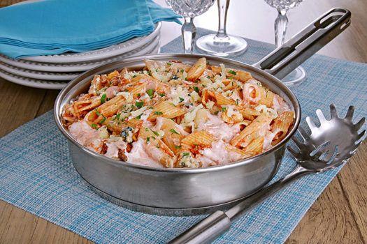 Aprenda a fazer deliciosa receita de macarrão na frigideira. Você cozinha o macarrão direto com o molho. Em apenas 30 minutos está pronto. Muito gostoso!