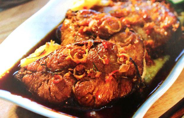 Semur Tenggiri Nanas  = Resep Semur Tenggiri Nanas ini sedikit mengingatkan kita pada citarasa makanan Thailand, yang sering memadukan buah-buahan seperti nanas dan mangga dengan makanan laut: ikan, udang, cumi, atau dengan ayam. Rasa segar buah nanas yang manis asam berpadu dengan ikan tenggiri membuat resep ini bercitarasa unik dan membuat kita ketagihan!