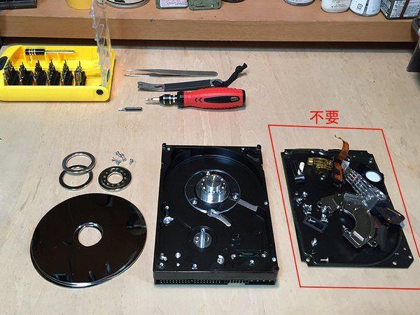 Y_NAKAJIMA @y_nakajima_  5月22日 廃品のハードディスクとPC電源で卓上ディスクサンダーを作りました トルクはないのでハードな使い方はできないが一応金属も削れる  作り方 1.HDDのカバーを外し、ディスク及び周辺のパーツを取り除く(要:特殊ドライバー) 2.円形にカットしたサンドペーパーをディスクに貼り付け元に戻す (同じサイズの円形砥石でもいけると思う) 3.PC電源に繋いで完成