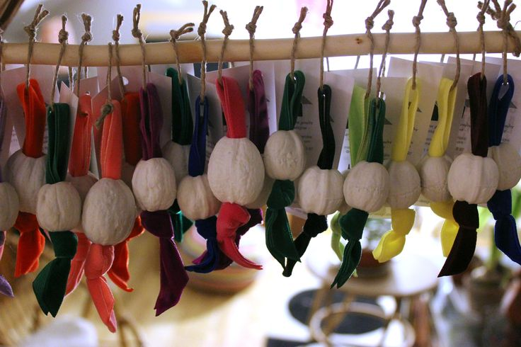 Noix, Porte clés en forme de noix, porcelaine et ruban de velours, Dimensions : 2,5 à 4 cm, 13€/pièce