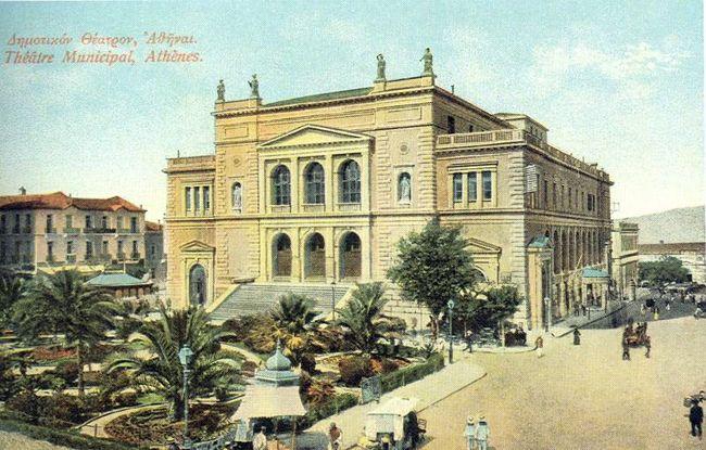 Το Δημοτικό Θέατρο Αθηνών, στη θέση του παλαιού Δημαρχείου (πλατεία Κοτζιά). Σε διαδοχικά σχέδια των Μπουλανζέ (1857) και Τσίλερ (1873) λειτούργησε από το 1888 έως το 1939. Το 1939 την κατεδάφισή του πρότεινε ο Κωνσταντίνος Κοτζιάς, υπουργός Διοίκησης Πρωτεύουσας (επί Μεταξά), με σύμφωνη απόφαση του δημάρχου Αμβρόσιου Πλυτά, λέγοντας στο Δημοτικό συμβούλιο ότι «η απαλλαγή της Αθήνας από το θέατρο θα ήταν ευεργέτημα». [Κάρπ ποστάλ εποχής]