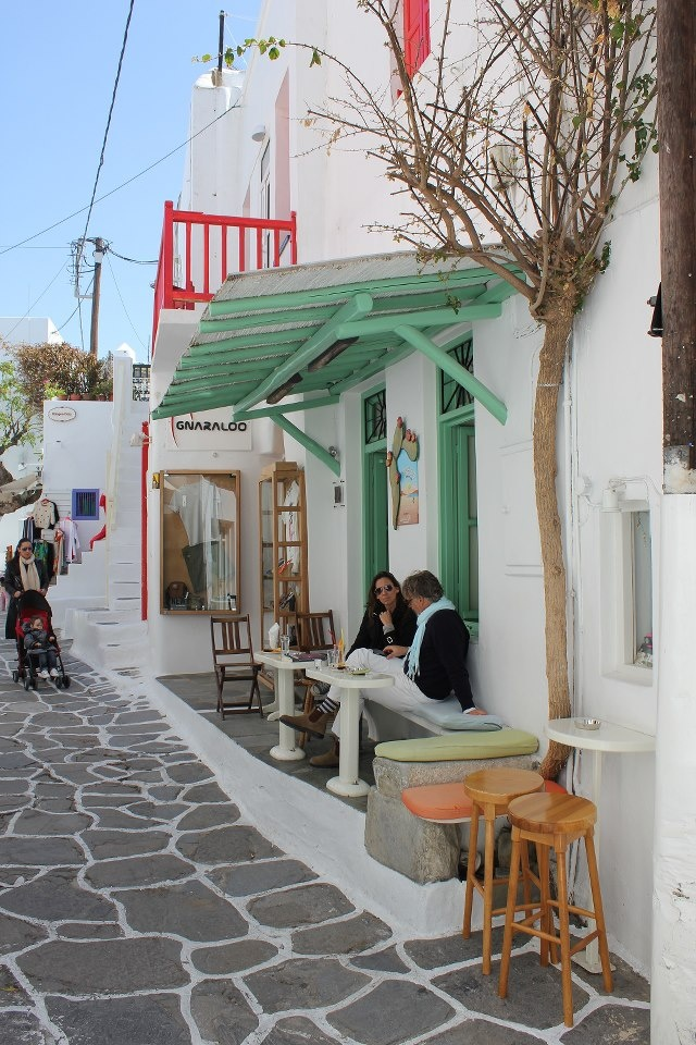 Coffee with friends in the little streets of Mykonos... The best way to start planning the weekend...