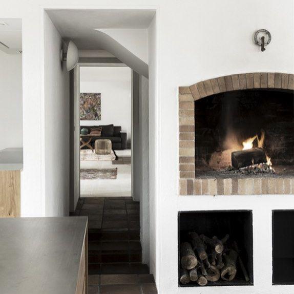 Der er mange grunde til at forelske sig i dette smukke hus fra 1850'erne 👉🏻 Kom indenfor via link i profil #interiordesign #rusticdecor #fireplace #scandinaviandesign #indretning #boligindretning #pejs #køkken #madogbolig 📸: @pernillekaalund