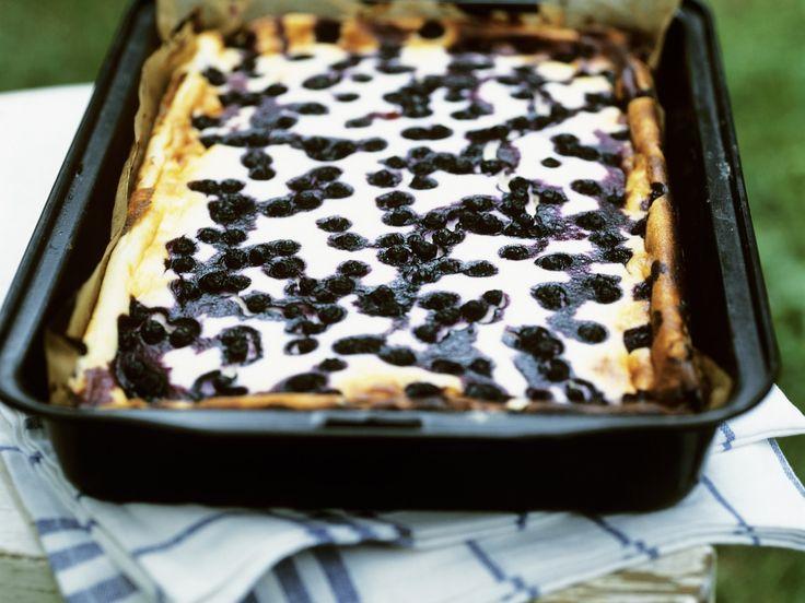 Dieser leichte Kuchen ist perfekt für den Sommer! Quarkkuchen mit Heidelbeeren - smarter - Zeit: 30 Min. | eatsmarter.de