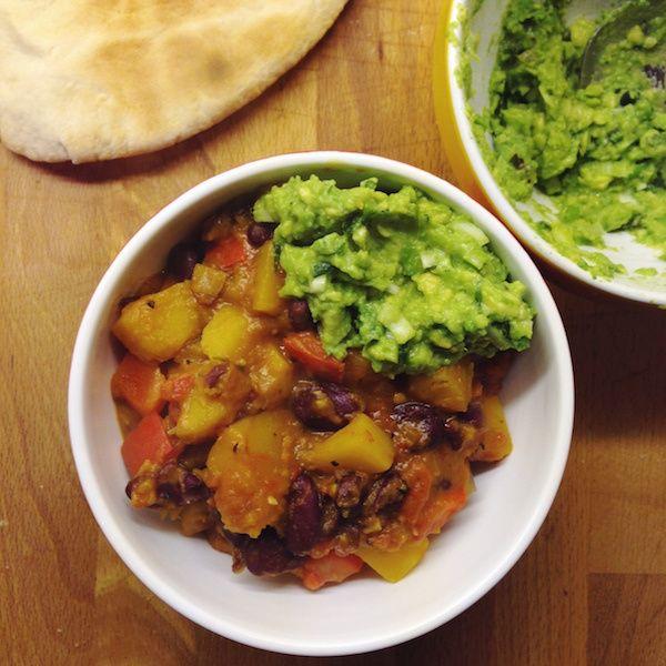 veganes Butternut Kürbis Chili mit zitroniger Guacamole