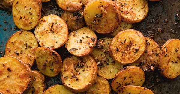 Die gebackenen Blechkartoffeln schmecken unglaublich lecker und sind so einfach zuzubereiten.