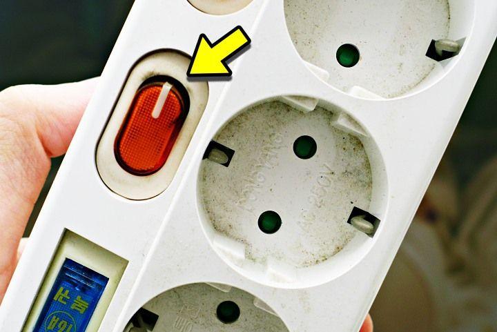 흔들어 소리나는 멀티탭 절대 쓰면 안되는 이유 생활정보 청소기 멀티탭화재 화재예방하는멀티탭사용법 다이소 멀티탭 멀티탭추천 멀티탭용량 일반쓰레기 재활용 감전 전기요금절약 꿀팁 Electronic Products Earbuds Apple