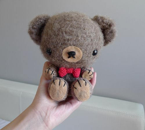 o melhor CUUUUUUUTE amigurumi crocheted teddy bear!  all instructions include pictures for each step.  when you get to the bottom of the pictures there's a link that has the pattern that you can look at <3