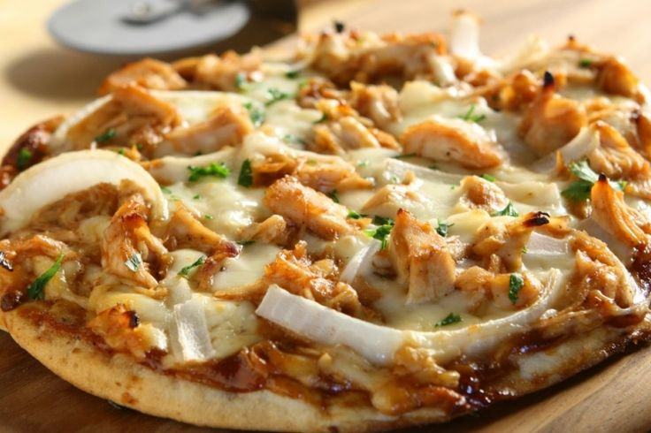 Pizza...Poulet barbecue, oignons rouges et fromage