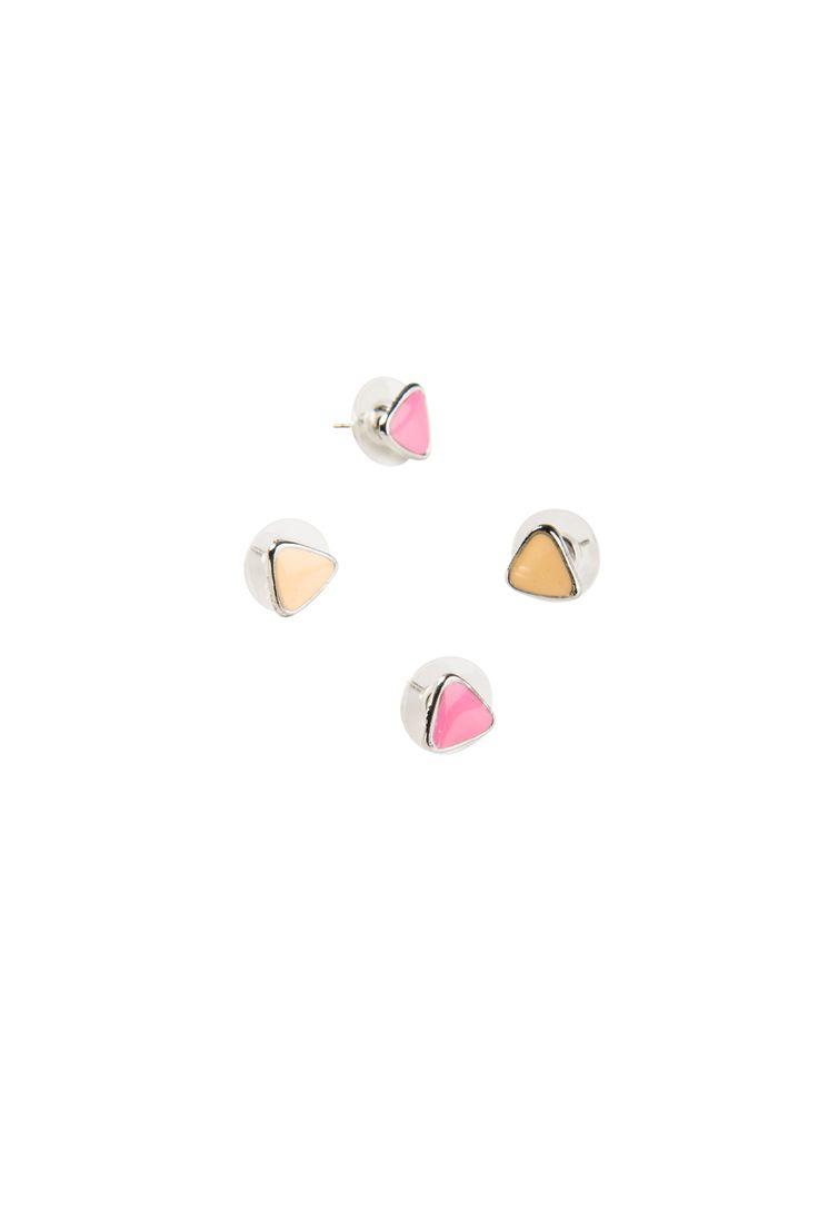 Korvakorusetissä kaksi paria kolmion mallisia korvakoruja. Korvakorujen reunat hopeanväriset. Värit: persikka, vaaleanpunainen