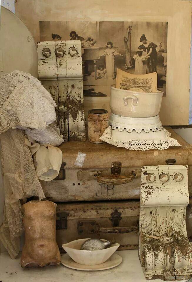 Wat een gezellig hoekje!! Bij Brocantiek de Linde vind je altijd een grote collectie oude koffers en vintage hutkoffers in alle maten en soorten! Geweldig ter decoratie, maar ook super handig om rommeltjes op te bergen! www.brocantiekdelinde.nl.