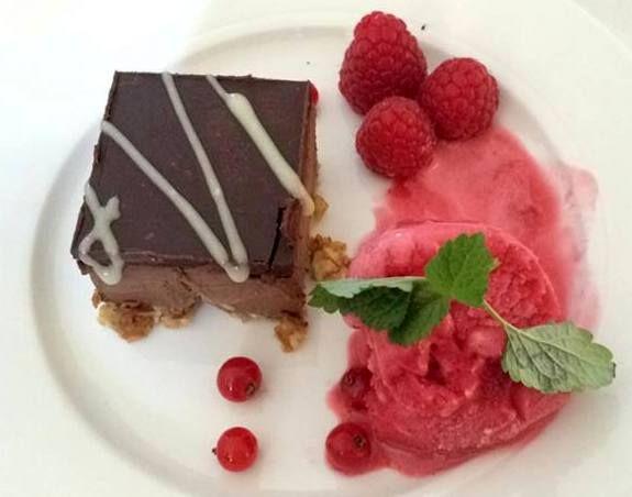Konfektkake, glutenfri og så og si sukkerfri med pekan og mandelbunn. Servert med bringebærsorbet. Yum! Se www.spislitt.com