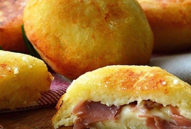 Σε όλους αρέσουν οι πατάτες. Ο τρόπος όμως που τις φτιάχνουμε σε αυτή τη συνταγή είναι εντελώς διαφορετικός από όσα ξέρατε. Η συνταγή είναι πολύ απλή και γρήγορη. Αν θέλετε να γίνουν έξτρα τραγανές οι