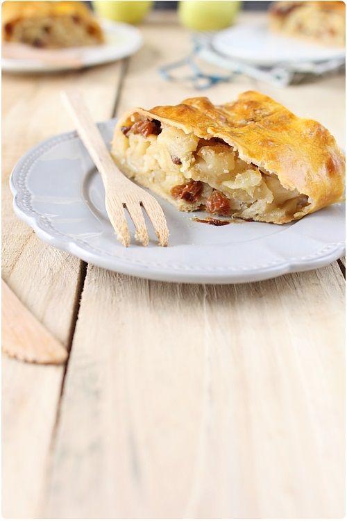 Le strudel aux pommes ou Apfelstrudel est un dessert autrichien à base de pommes et de cannelle. C'est un peu comme une tarte roulée si vous préférez. C