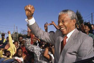 Nelson Mandela completa um mês hospitalizado em Pretória | S1 Noticias