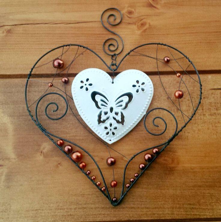 Závěsná+dekorace+srdce+Srdce+je+vyrobeno+z+černého+žíhaného+drátu+a+ozdobeno+bílým+plechovým+srdcem+a+hnědými+perličkami.+Šířka+srdce+16cm,+výška+15cm,+výška+se+závěsem+19cm.
