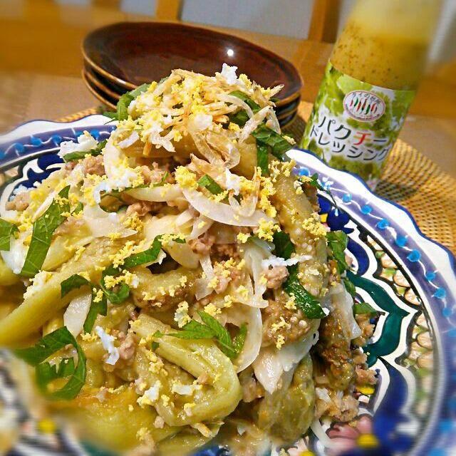 """SDさんから""""タイの台所 パクチードレッシング""""が届きました~\(^o^)/ エスニック好きの私には最高のプレゼントです♡ 何を作ろうかと色々なお料理が浮かびますが、まずはこの焼きナスを使ったサラダにしました♪ 家にある野菜たちにこのドレッシングをかけるだけで、本格的なタイ料理みたいになるから驚きです❢❢ ドレッシングは少し酸味がきいて新鮮なパクチーの香りが♡ 今度は何を作ろうかな~o(^o^)o SDさん♪ありがとうございました(*^^*) - 98件のもぐもぐ - ヤムマクア★タイ風焼きナスのサラダ♪ by cocotay"""