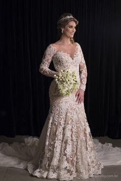 Noiva com vestido estilo sereia, forro nude e manga longa em renda. Vestida de Noiva   Blog de Casamento por Fernanda Floret   Blog de Casamento