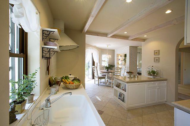 白を基調にしたエレガントなキッチン。ヨーロピアンタイルの床、大理石トップのアイランドカウンターなどこだわいのデザインが見どころです。|キッチン|アイランド|インテリア|カウンター|タイル|ダイニング|おしゃれ|壁面収納|作業台|ウッド|リビング|かわいい|モデルハウス|
