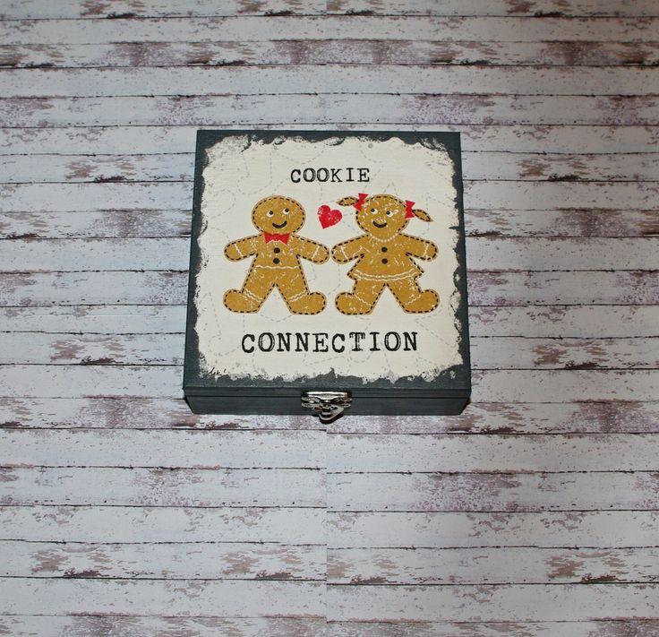 Cookie+connection+Dřevěná+krabička+o+rozměrech+cca16+x16+cm+a+výšce6+cm.+Krabička+je+natřena+akrylovými+barvami,+ozdobená+technikou+decoupage+a+zapínáním.+Následně+přetřena+lakem+s+atestem+na+hračky.+Uvnitřnechána+přírodní.