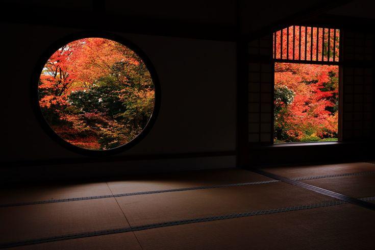 紅葉に彩られた京都源光庵の迷いの窓と悟りの窓