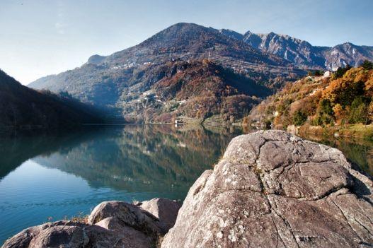 Il lago Moro è un piccolo lago alpino della Val Camonica, è il luogo ideale per chi cerca luoghi silenziosi immersi nella natura e offre belle passeggiate lungo la riva;