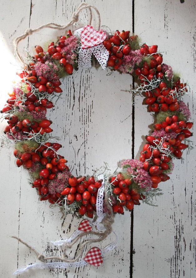 *Hier kuscheln sich leuchtend rote Hagebutten an herbstliche Flora...*  ♥+ Weißes Baumwollspitzenband und hübsche rot-weiss-karrierte Herzen besiegeln diese Herbstliebelei+ ♥  *Ein toller Blickfang...