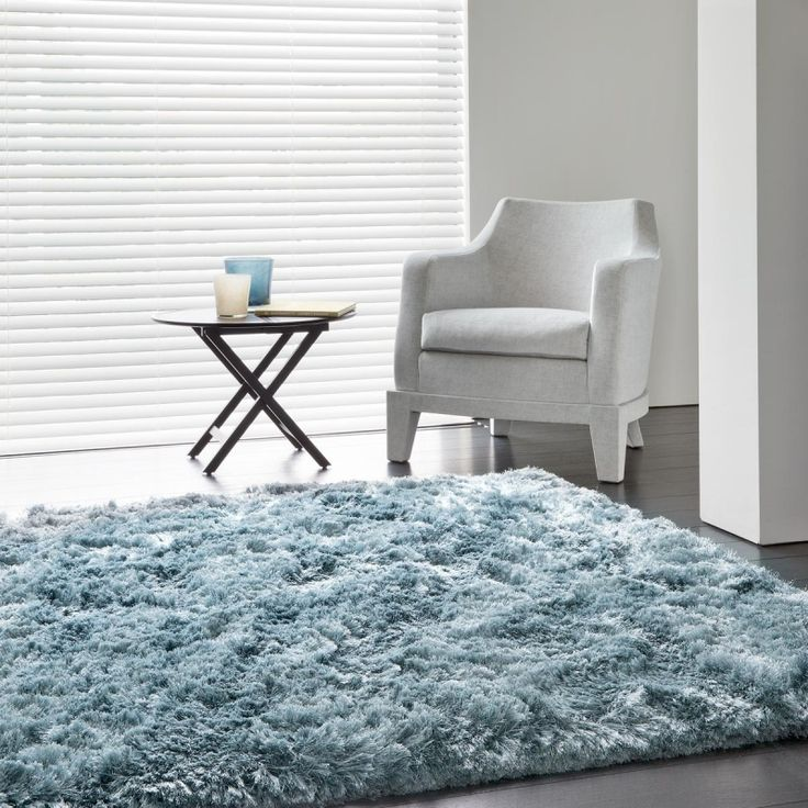 Tapis bleu à longues mèches en polyester est idéal pour donner une ambiance cocooning haut de gamme à votre salon.  #tapis #shaggy #cocoon #déco