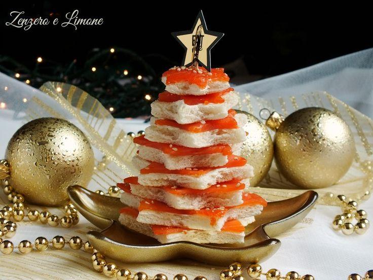 Questi crostini al salmone disposti in ordine decrescente e sfalsati formano un carinissimo albero di Natale, un perfetto antipasto!
