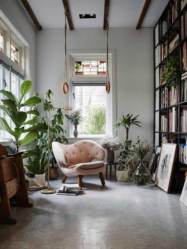 Móveis vintage e de design ganham vida ao lado de folhagens