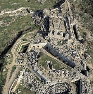 una splendida veduta aerea del castello Eurialo, per il quale era stato pensato un avveniristico progetto di ricostruzione.