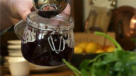 Chcete-li hotovou cibulovou marmeládu skladovat, můžete ji přendat do sklenic, zavíčkovat a sterilovat.